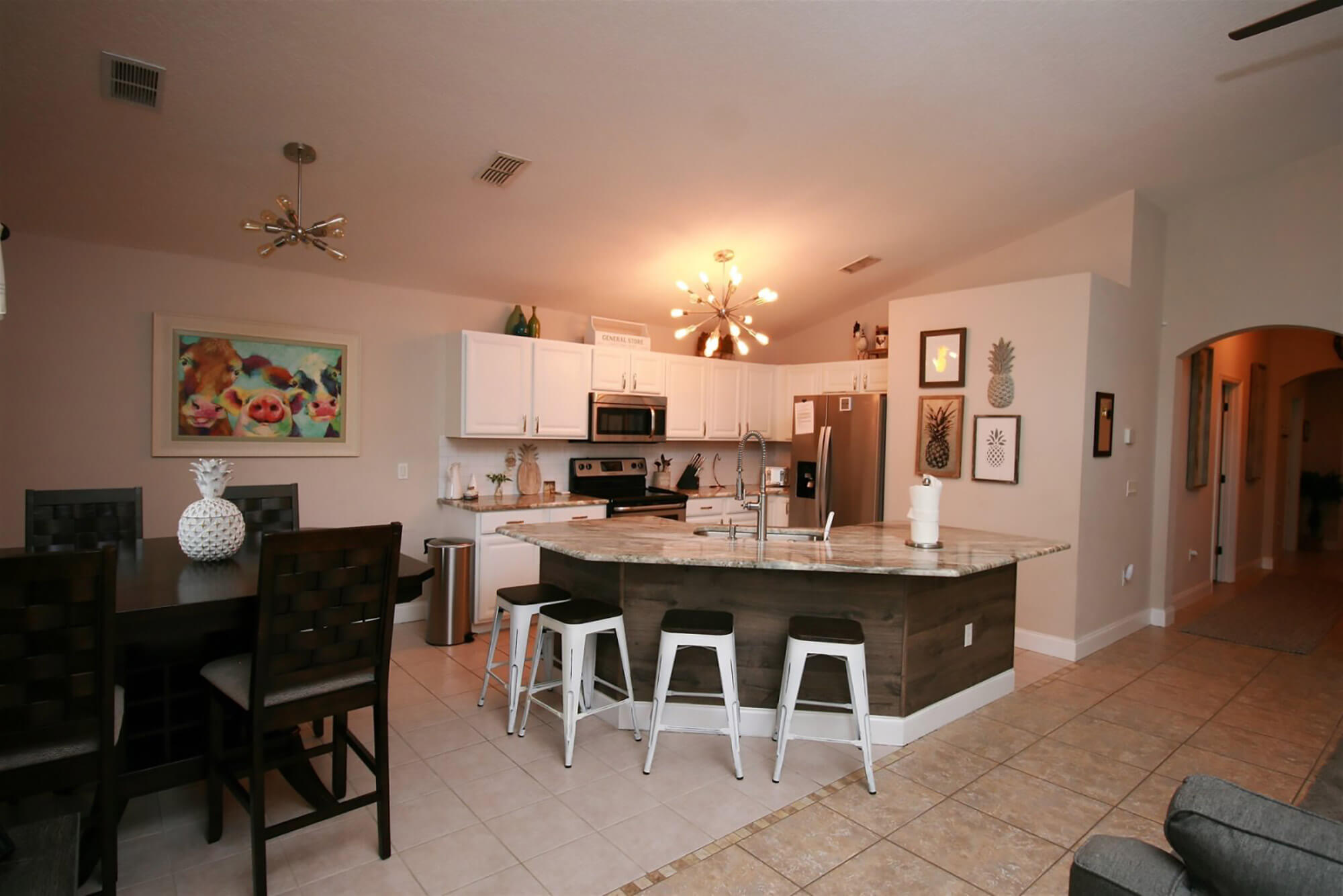 kitchen and dining area of Southern Dream Vacation Rentals home